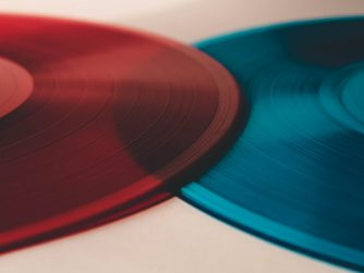 Eine rote und eine blaue Schallplatte