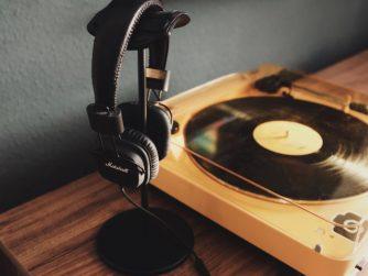 Ein Plattenspieler mit Kopfhörer