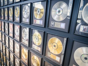 Goldene Schallplatten an einer Wand